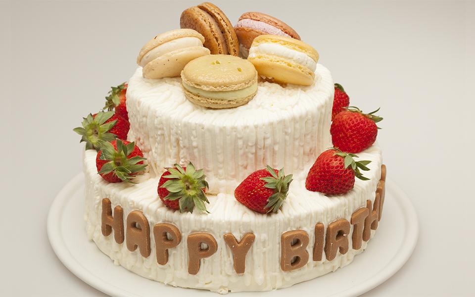 2段の誕生日ケーキの画像