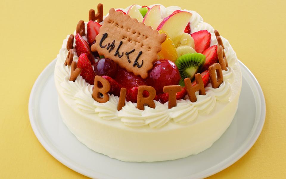 フルーツ山盛りの誕生日ケーキの画像