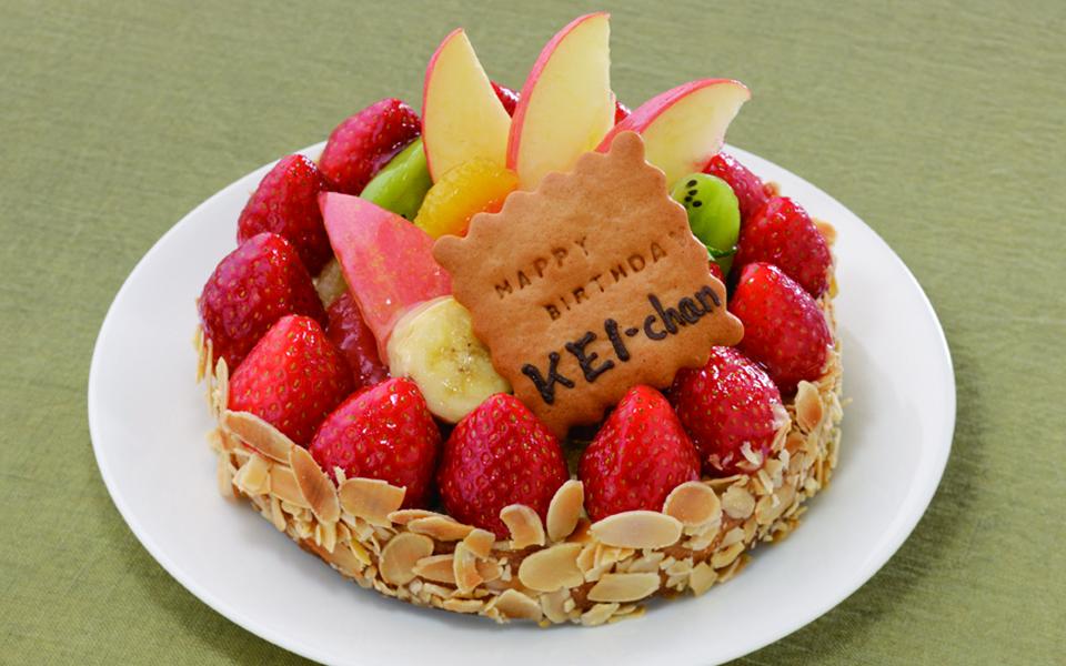 フルーツタルトの誕生日ケーキの画像